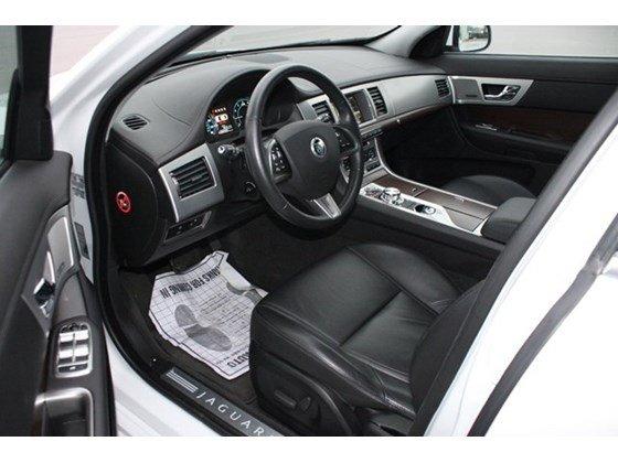 Bán Jaguar XF 2.0 2014 màu trắng xe sản xuất tại Anh, nhập khẩu thương mại-4