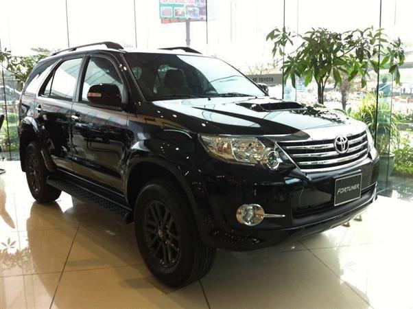 Toyota Fotuner 2.7V 1 cầu mới giá bán tốt nhất với mầu đen huyền bí và mầu trắng tinh khôi-1