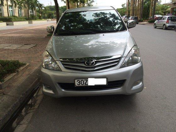 Tôi cần bán chiếc xe Toyota Innova G màu ghi bạc, sản xuất cuối 2010-0