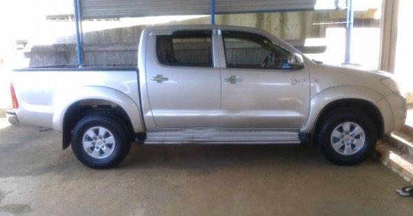 Gia đình bán Toyota Hilux G. Xe sản xuất và đăng ký tháng 9/2010, màu bạc, máy dầu, 2 cầu-4