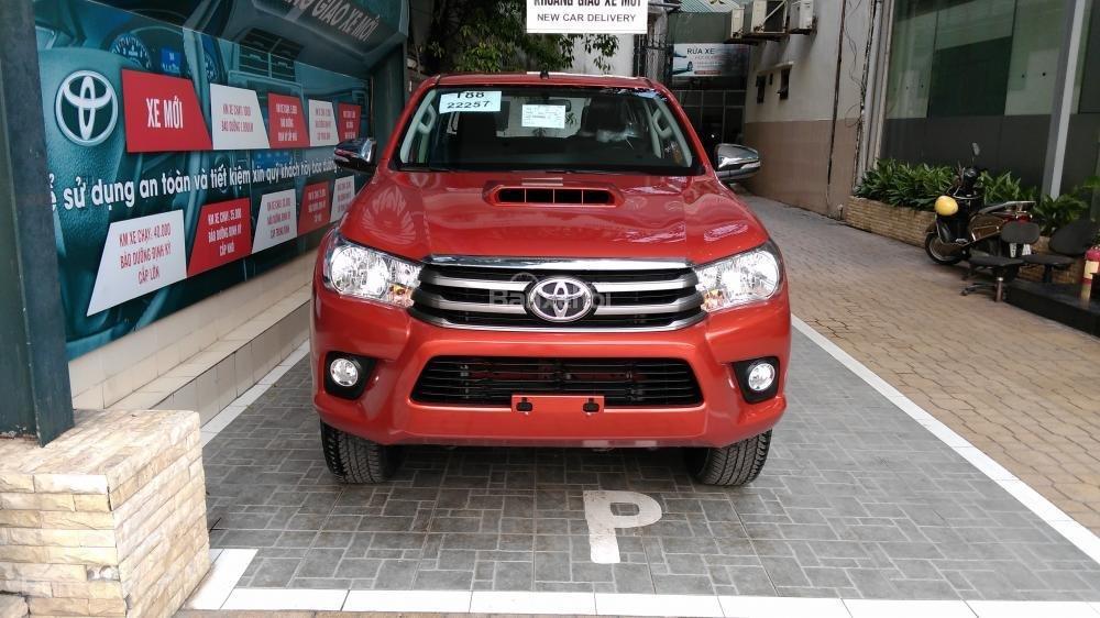 Hilux 2.5E MT 2015 màu đỏ, Toyota Giải Phóng cam kết giá tốt nhất-0