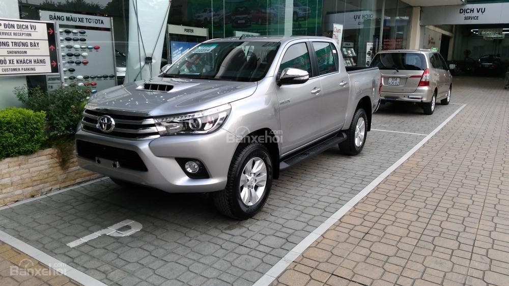 Hilux 3.0G 4x4 AT 2015 màu bạc, Toyota Giải Phóng cam kết giá tốt nhất-1