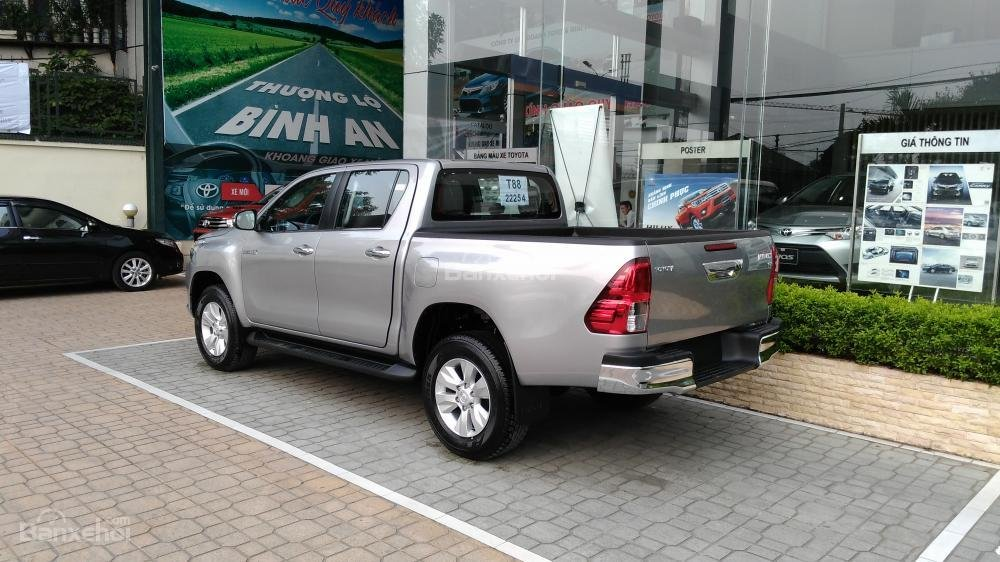 Hilux 3.0G 4x4 AT 2015 màu bạc, Toyota Giải Phóng cam kết giá tốt nhất-3