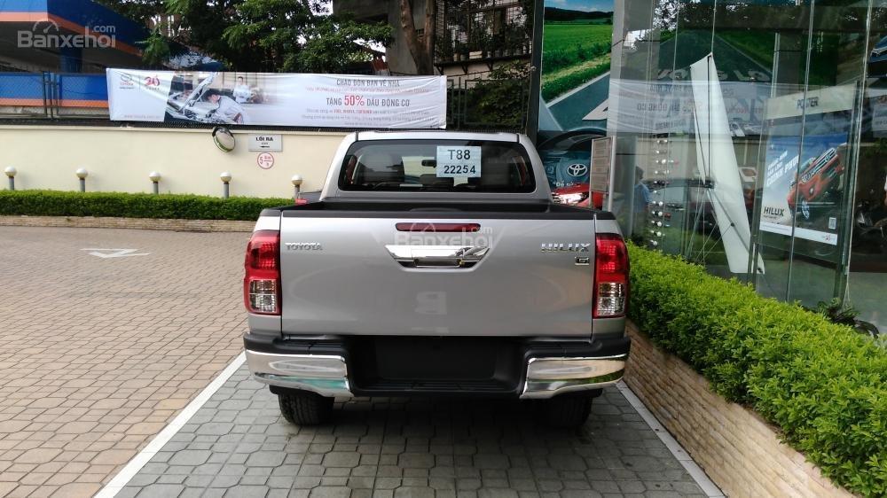 Hilux 3.0G 4x4 AT 2015 màu bạc, Toyota Giải Phóng cam kết giá tốt nhất-4