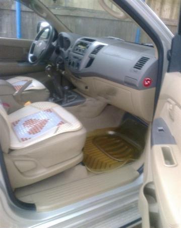 Gia đình bán Toyota Hilux G. Xe sản xuất và đăng ký tháng 9/2010, màu bạc, máy dầu, 2 cầu-2