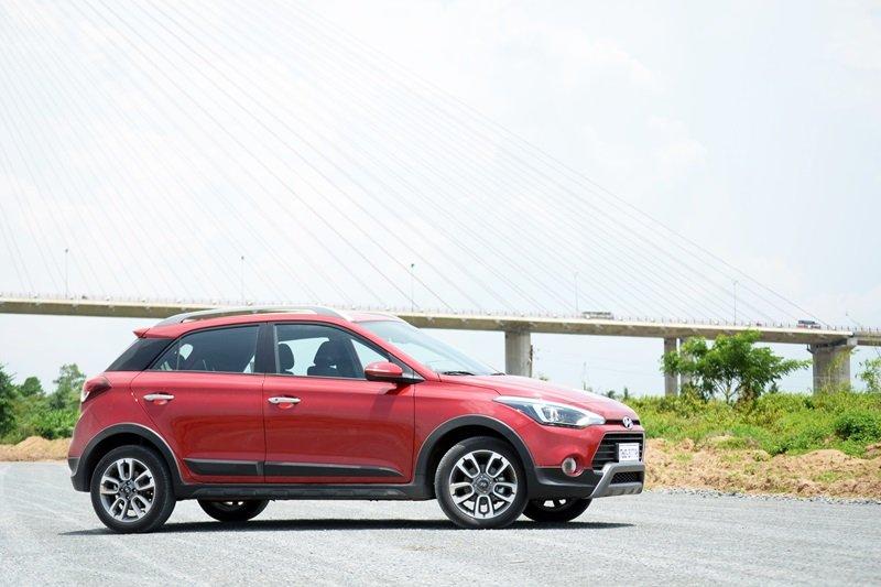 Thân xe Hyundai i20 Active được thiết kế liền mạch với các đường viền bằng nhựa tối màu.