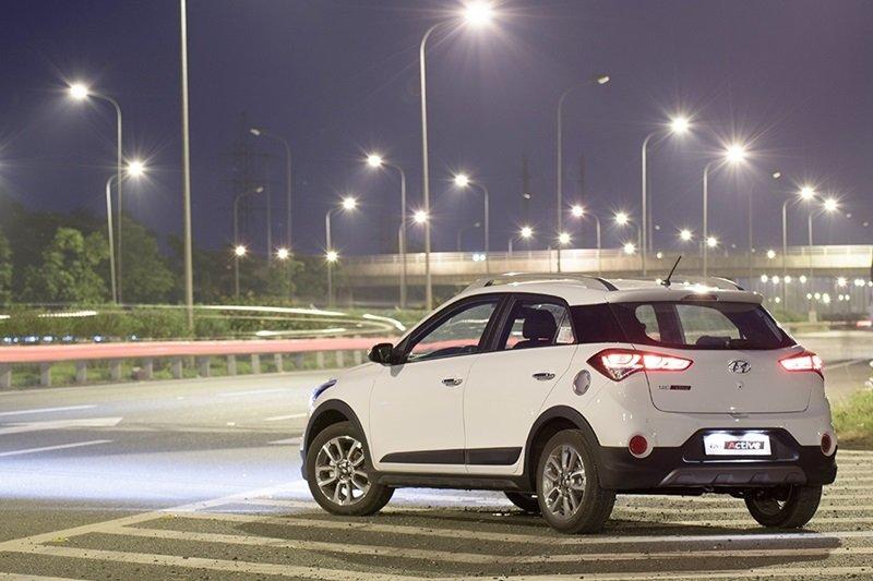 Đuôi xe Hyundai i20 Active được trang bị đèn phản quang dạng tròn.