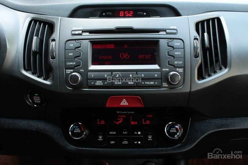 Cần bán Kia Sportage 2.0AT đời 2010, màu trắng, nhập khẩu số tự động, giá 735tr-9
