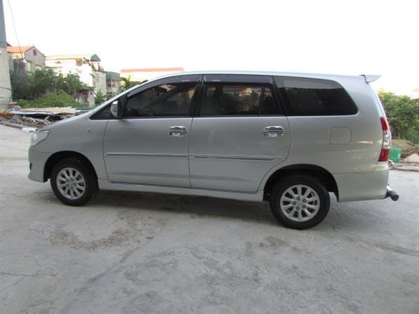 Cần bán xe Toyota Innova - cũ trong nước sản xuất 2012, màu bạc xe còn rất đẹp-3