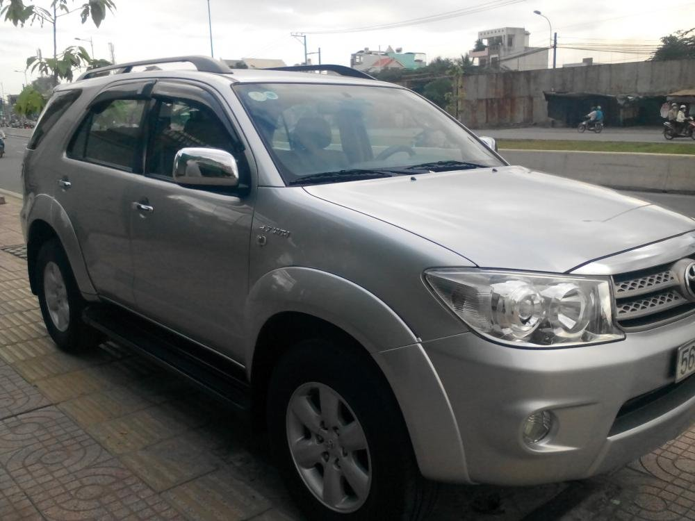 Gia đình cần bán Toyota Fotuner 2.7 V màu bạc SX 2010-0
