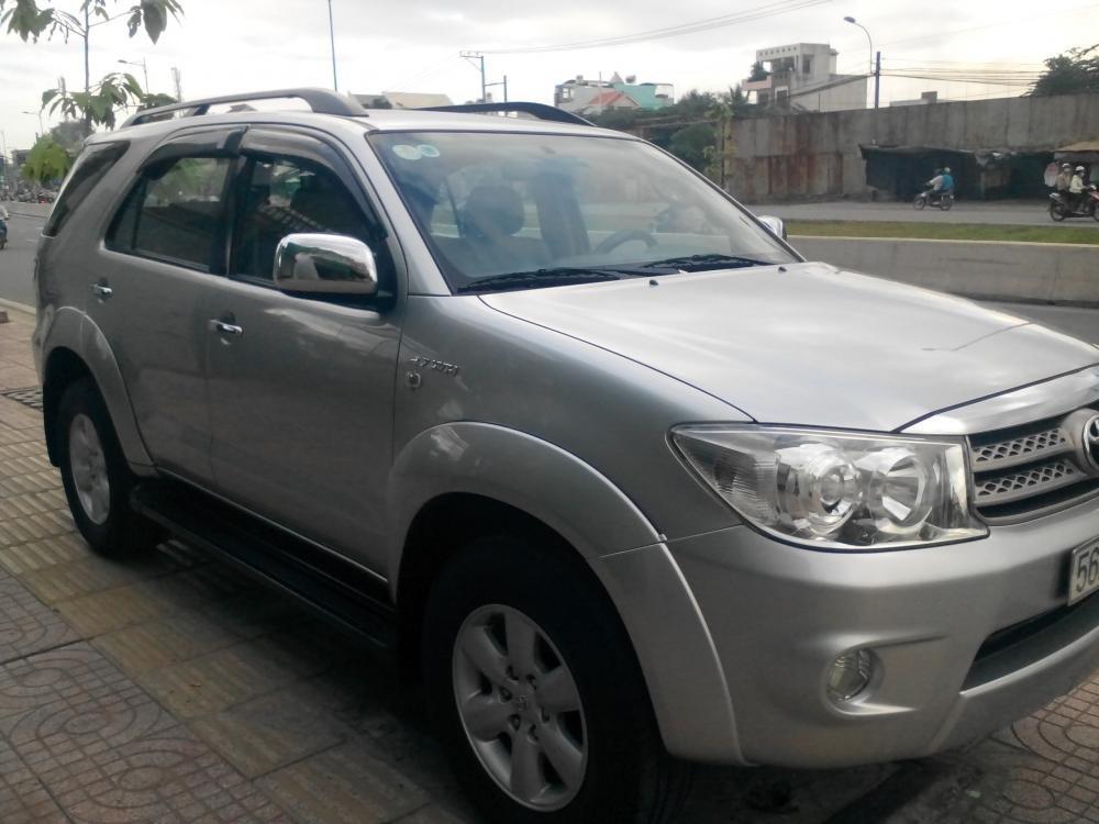 Gia đình cần bán Toyota Fotuner 2.7 V màu bạc SX 2010-2
