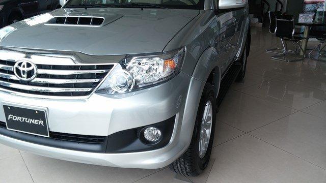 Toyota An Sương đang có chương trình bán hàng cực tốt cho dòng xe Toyota Fortuner màu bạc-2