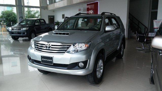 Toyota An Sương đang có chương trình bán hàng cực tốt cho dòng xe Toyota Fortuner màu bạc-0