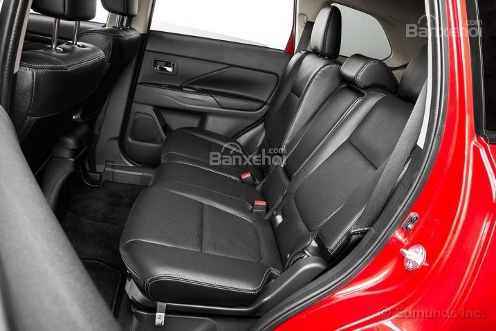 Đánh giá xe Mitsubishi Outlander Sport 2016: Không gian để chân của hàng ghế sau tương đối rộng rãi.