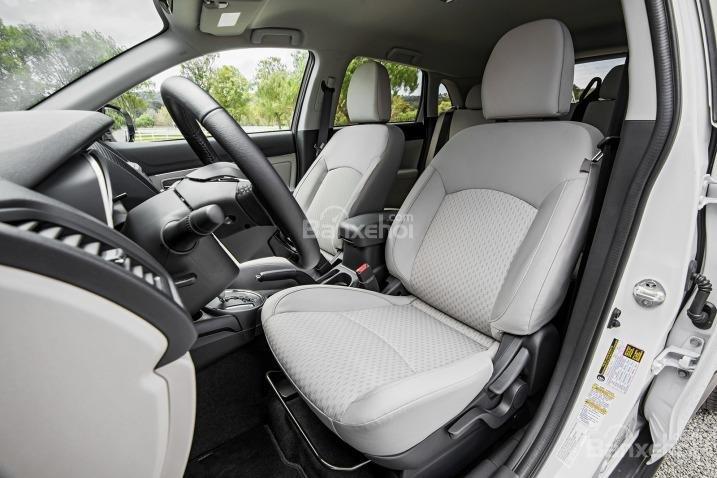 Đánh giá xe Mitsubishi Outlander Sport 2016:Ghế ngồi được bọc nỉ cao cấp.