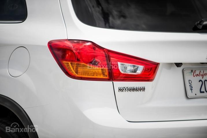 Đánh giá xe Mitsubishi Outlander Sport 2016: Cụm đèn hậu dạng LED lớn,