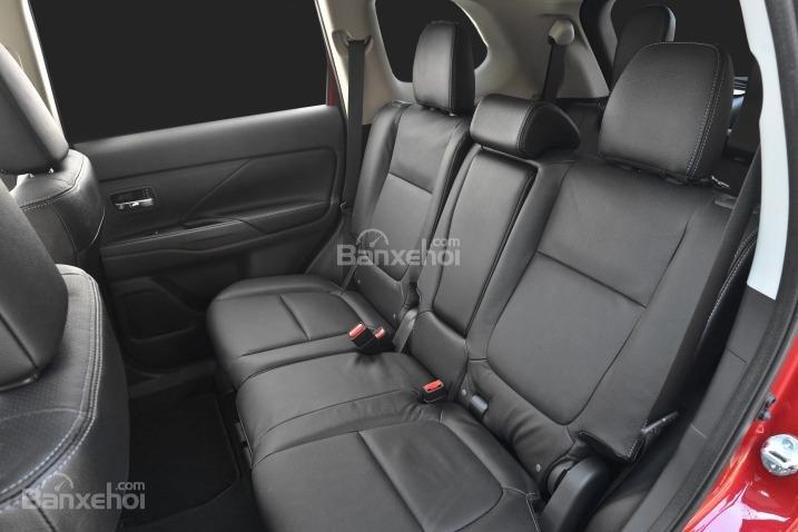 Đánh giá xe Mitsubishi Outlander Sport 2016: Không gian để chân ở hàng ghế sau tương đối rộng rãi.