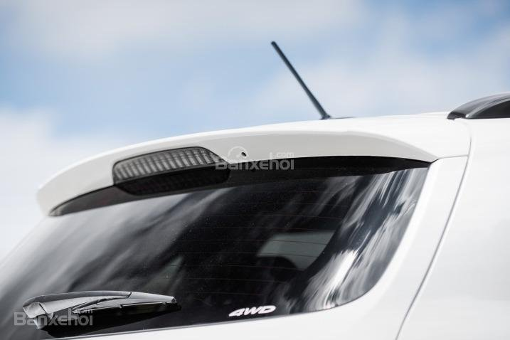 Đánh giá xe Mitsubishi Outlander Sport 2016: Cánh gió được thiết kế tinh tế tích hợp đèn báo phanh.