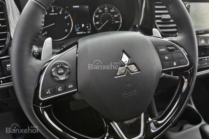 Đánh giá xe Mitsubishi Outlander Sport 2016: Vô-lăng 3 chấu, bọc da, có tích hợp các nút bấm điều khiển chức năng.
