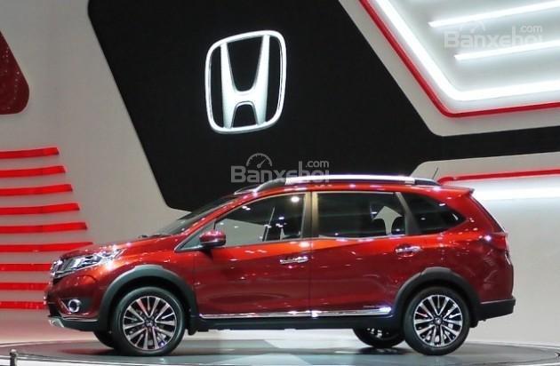 Những người đánh giá xe Honda BR-V 2016 cho rằng phần thân của mẫu xe này mang đậm dáng dấp của chiếc MPV Mobilio.