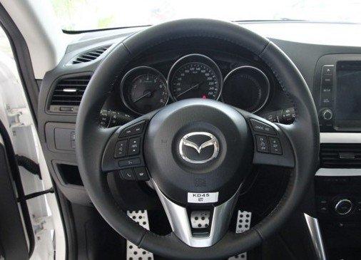 vô-lăng xe Mazda CX-5 2015 dạng 3 chấu, có nhiều nút bấm.