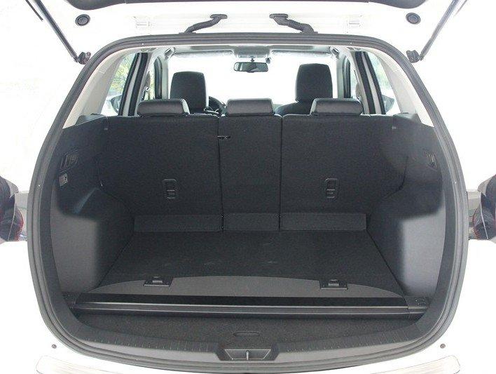 Không gian chứa đồ của Mazda CX-5 2015.