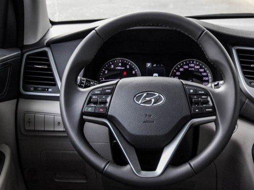 Vô-lăng của Hyundai Tucson 2016 dạng 3 chấu, có nhiều nút bấm