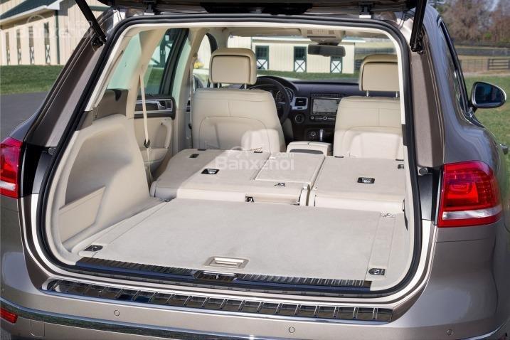 Đánh giá xe Volkswagen Touareg 2016: Về cơ bản diện tích khoang hành lý xe được đánh giá ở mức trung bình trong phân khúc