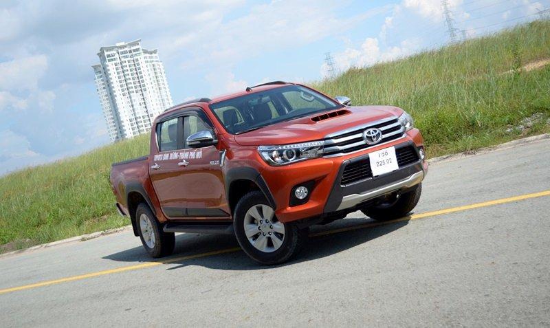 """Đánh giá xe Toyota Hilux 2015: mẫu bán tải """"Đi phố cũng sang, trở hàng cũng tiện""""."""
