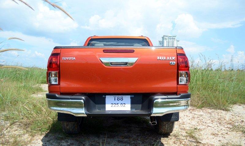 Đánh giá xe Toyota Hilux 2015: Đuôi xe Toyota Hilux 2015 được thiết kế lại cho dáng vẻ mạnh mẽ và hài hòa.