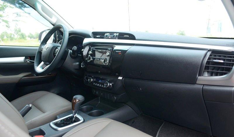 Đánh giá xe Toyota Hilux 2015: Bảng Tablo của Toyota Hilux 2015 được thiết kế mở rộng sang hai bên.