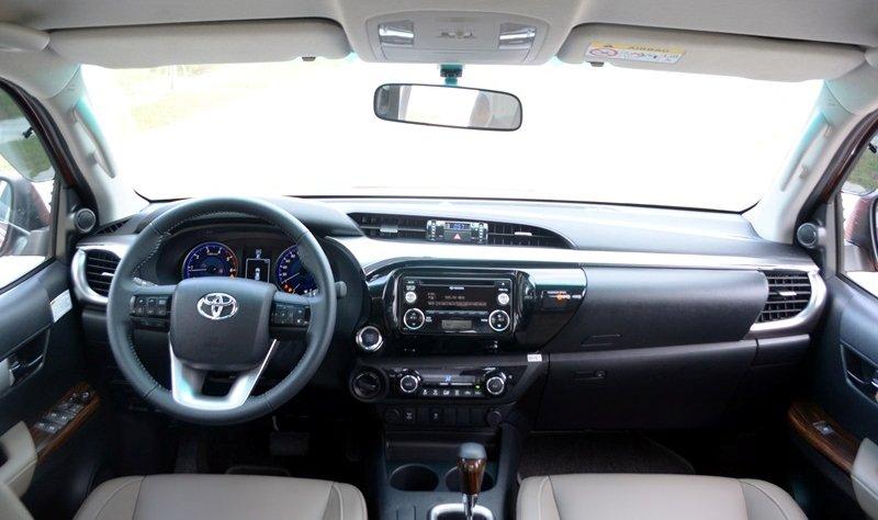Đánh giá xe Toyota Hilux 2015: Cụm đồng hồ của Toyota Hilux 2015 gồm 2 đồng hồ lớn ở hai bên.