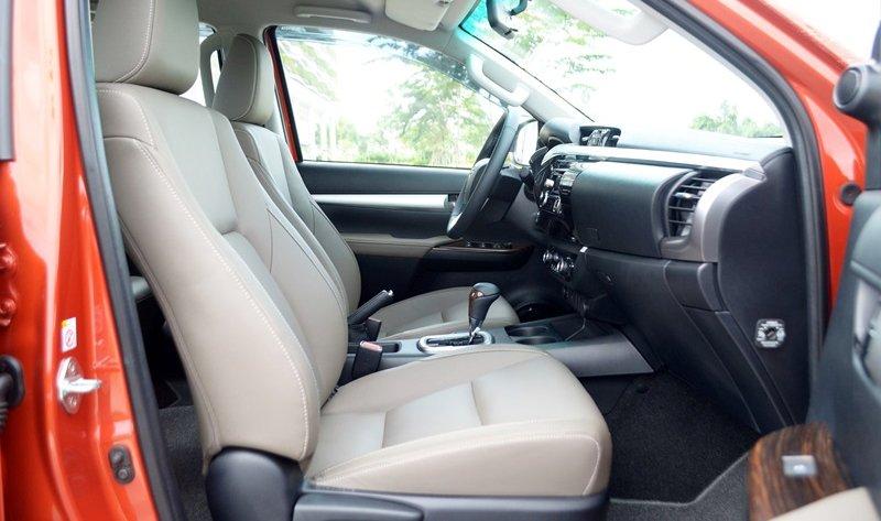 Đánh giá xe Toyota Hilux 2015: Toyota Hilux 3.0 G AT được trang bị ghế ngồi bọc da, tựa lưng ôm sát.