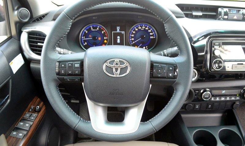 """Đánh giá xe Toyota Hilux 2015"""" Toyota Hilux 2015 được trang bị vô-lăng 3 chấu hoàn toàn mới, có tích hợp các phím bấm điều chỉnh âm thanh."""