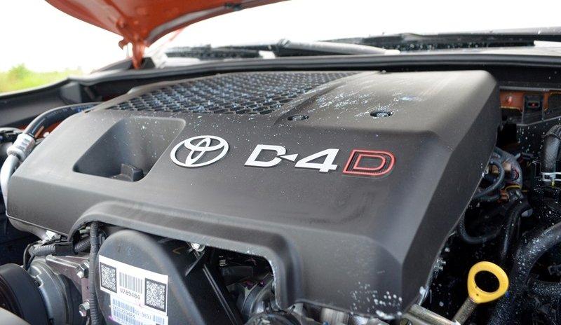 Đánh giá xe Toyota Hilux 2015: Toyota Hilux 3.0 G AT sử dụng đông cơ diesel 1KD FTV (3.0L), 4 xy-lanh thẳng hàng.