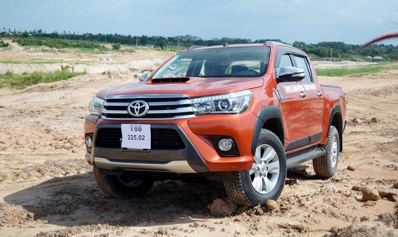 Đánh giá xe Toyota Hilux 2015: đầu xe được thiết kế liền mạch, cân đối.