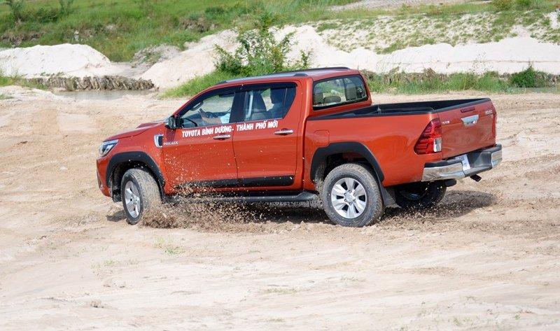 Đánh giá xe Toyota Hilux 2015: Toyota Hilux 2015 có chiều dài khiêm tốn nhưng khoảng sáng gầm xe và hốc bánh xe lớn.