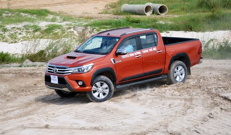 Đánh giá xe Toyota Hilux 2015: Ngoại thất của xe được cải tiến toàn diện.