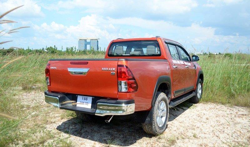 Đánh giá xe Toyota Hilux 2015: đuôi xe cho cảm giác hiện đại, hài hòa và tiện nghi.