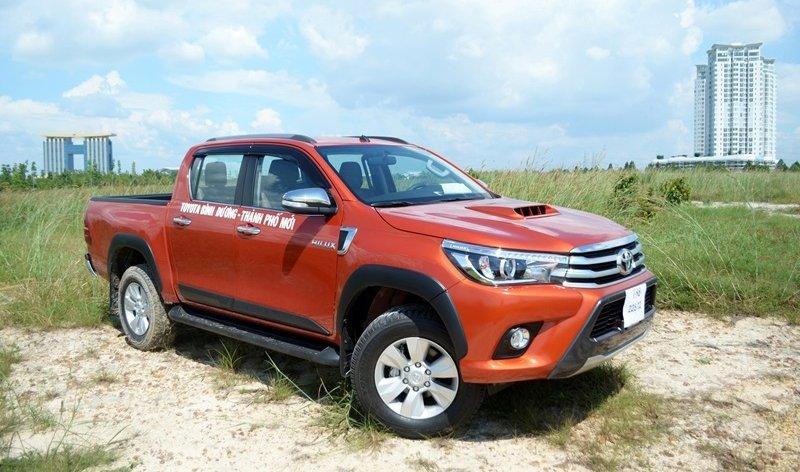 Đánh giá xe Toyota Hilux 2015:Nắp ca-pô của Toyota Hilux 2015 được thiết kế vồng cao, có khe gió làm mát động cơ.
