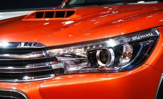 Đánh giá xe Toyota Hilux 2015: Cụm đèn pha của xe.