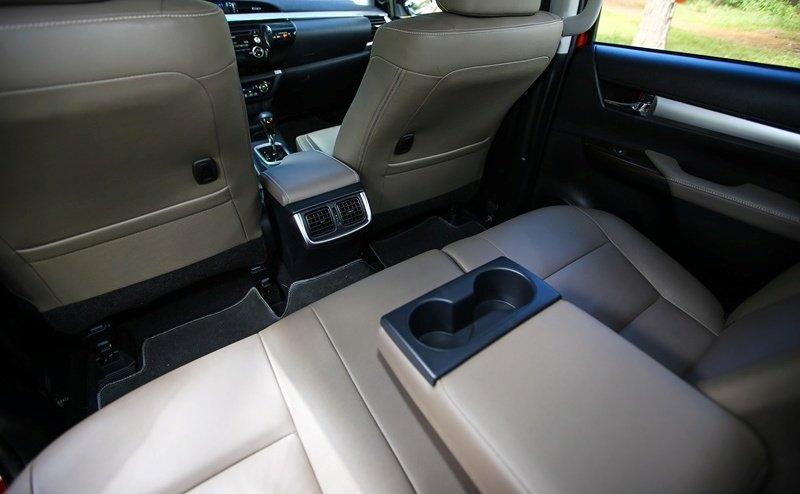 Đánh giá xe Toyota Hilux 2015: bổ sung hộc chứa đồ trên tựa tay tiện dụng.