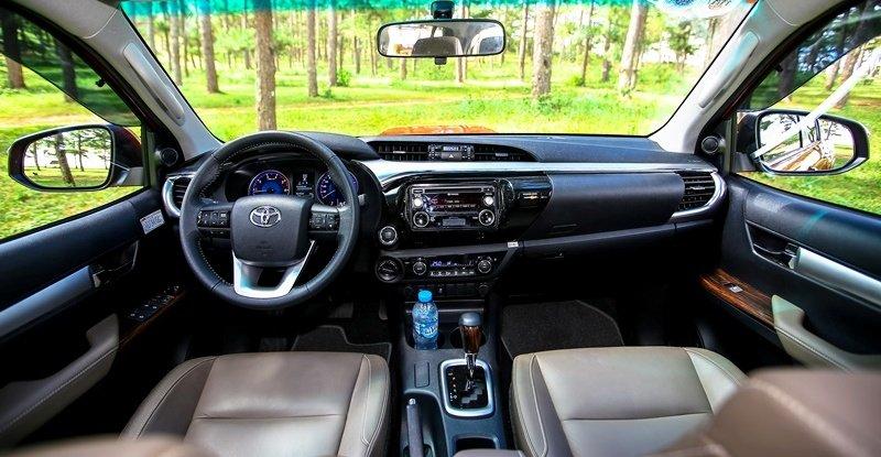 Các chuyên gia đánh giá xe Toyota Hilux 2016 cho rằng, mẫu xe này có không gian nội thất rộng và tiện nghi không hề thua bất kỳ mẫu SUV nào.