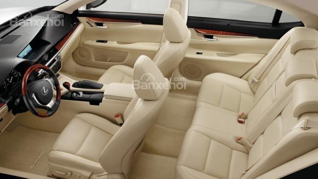 Đánh giá xe Lexus ES 350 2016: Tuy nhiên không gian phía trên đầu lại không quá thoải mái đối với những người cao