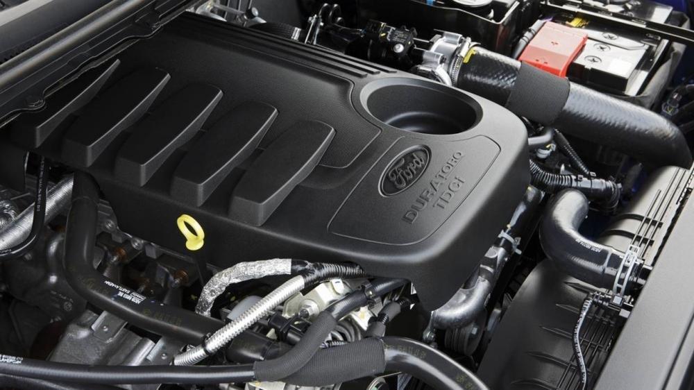 Ford Ranger Wildtrak sử dụng động cơ 3.2L cùng hộp số 6 cấp còn Toyota Hilux 2016 sử dụng động cơ 3.0L cùng hộp số tự động 5 cấp a.