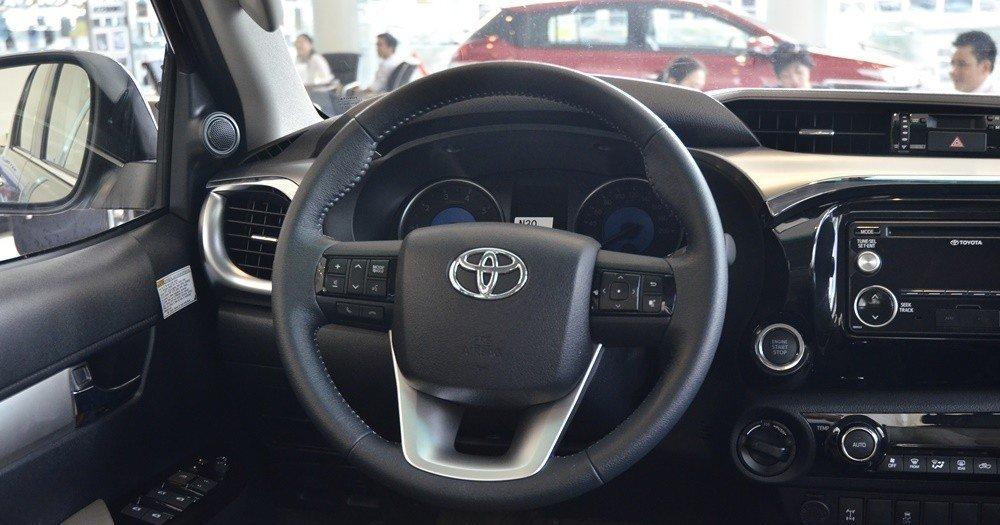 Vô-lăng của Ford Ranger 2016 và Toyota Hilux 2016 đều bọc da và tích hợp các phím bấm chức năng.