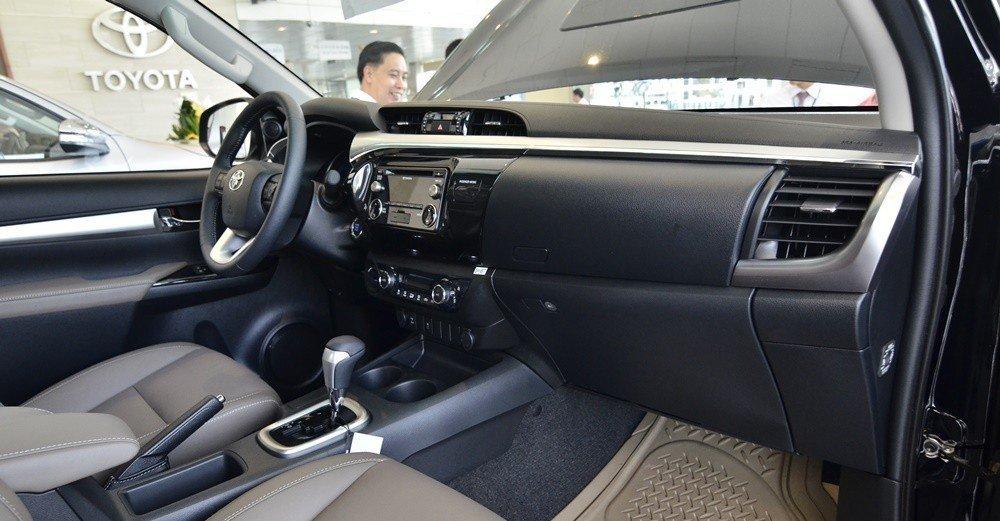 Cả Ford Ranger và Toyota Hilux đều sở hữu bảng tablo có thiết kế lịch lãm, hiện đại.