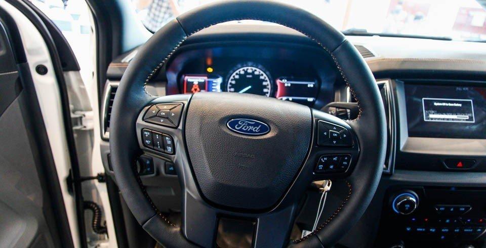 Vô-lăng của Ford Ranger 2016 và Toyota Hilux 2016 đều bọc da và tích hợp các phím bấm chức năng a.