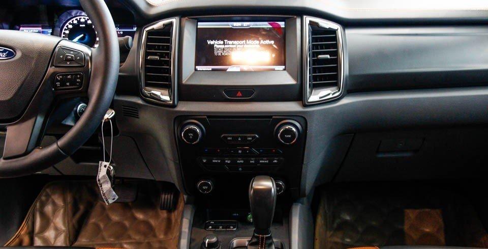 So sánh xe Ford Ranger 2016 và Toyota Hilux 2016  về trang bị tiện nghi .