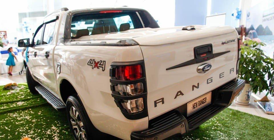 So sánh xe Ford Ranger 2016 và Toyota Hilux 2016 về phần đuôi xe: không quá nhiều điểm khác biệt.
